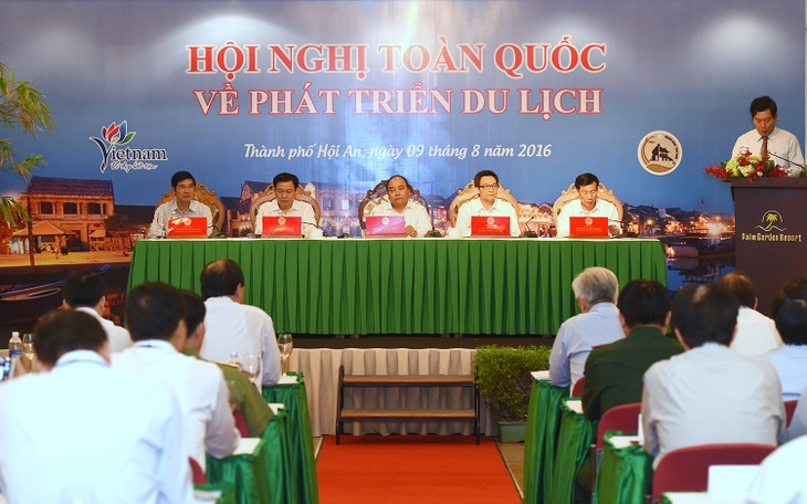 PM Nguyen Xuan Phuc outlines measures for tourism to contribute 10% to GDP - ảnh 1