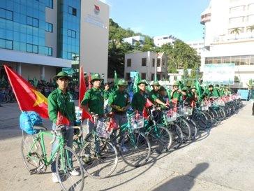 "Program bersepeda lintas Vietnam ke-6 tahun 2013 dengan tema ""Demi Laut dan pulau kampung halaman"" - ảnh 1"