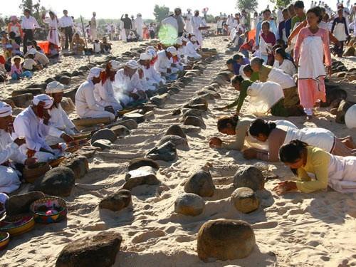 Rakyat etnis minoritas Cham di provinsi Binh Thuan merayakan Hari Tahun Baru Ramuwan - ảnh 1