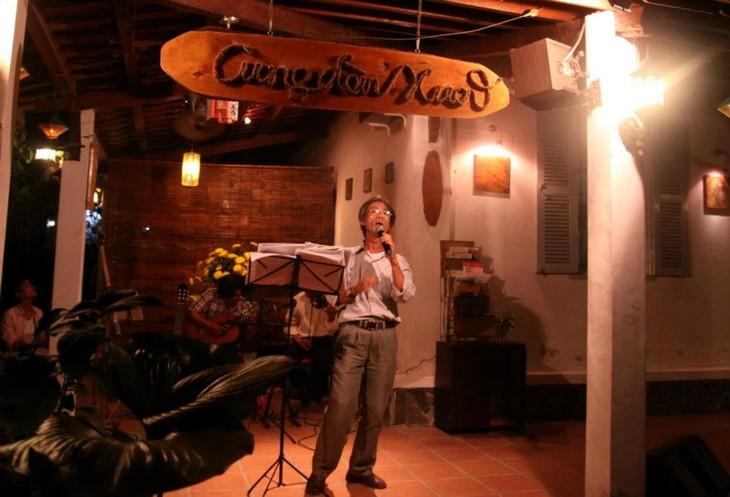 Ruang musik warkop pada malam hari di kota Da Lat - ảnh 3