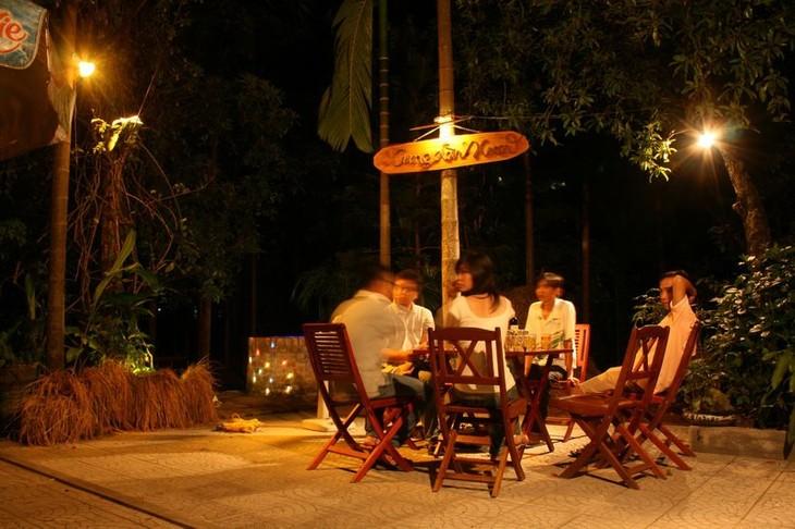 Ruang musik warkop pada malam hari di kota Da Lat - ảnh 2