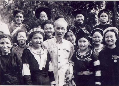 Provinsi Khanh Hoa menyampaikan Bendera Nasional dan foto Presiden Ho Chi Minh kepada etnis minoritas - ảnh 1