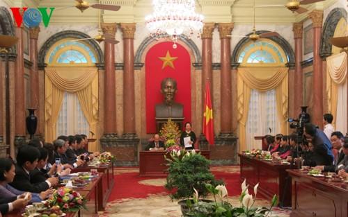 Wapres Vietnam, Nguyen Thi Doan menemui pejabat dan perseorangan tipikal dari Perusahaan Umum Industri Kimia Pertambangan - ảnh 1