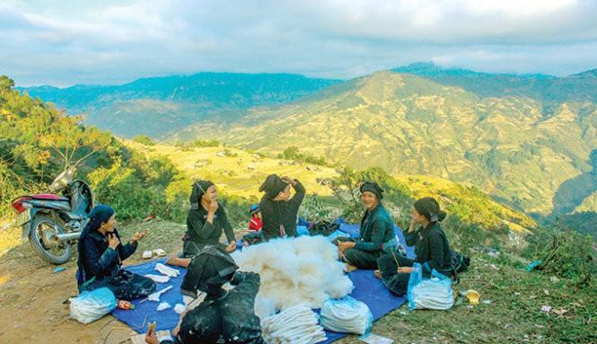 Musim tenun di dukuh Phung, provinsi Ha Giang - ảnh 1