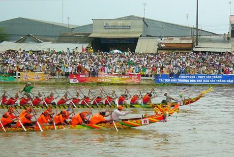 """Pesta lomba perahu """"Ngo"""" yang khas dari warga etnis minoritas Khmer di provinsi Soc Trang - ảnh 1"""