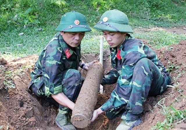 Mahasiswa Amerika Serikat mencaritahu tentang masalah bom dan ranjau sisa-sisa pasca perang di Vietnam - ảnh 1