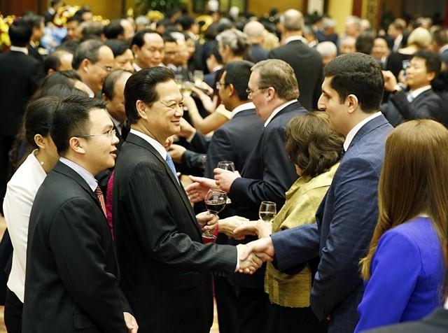 PM Nguyen Tan Dung memimpin acara resepsi menyambut terbentuknya Komunitas ASEAN dan datangnya Tahun Baru 2016 - ảnh 1