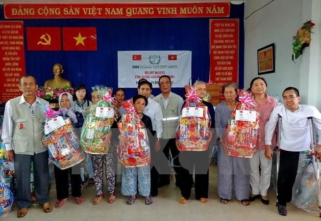 Kota Ho Chi Minh memberikan 2.000 bingkisan Hari Raya Tet kepada kaum disabilitas dan anak yatim piatu - ảnh 1