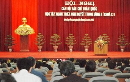 Pers memegang peranan penting untuk menterjemahkan Resolusi Sidang Pleno ke-4 ke dalam praktek kehidupan. - ảnh 1