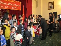 Vietnamese welcome new year overseas  - ảnh 1