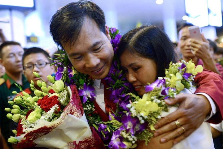 Olympic gold medalist Hoang Xuan Vinh welcomed home - ảnh 4