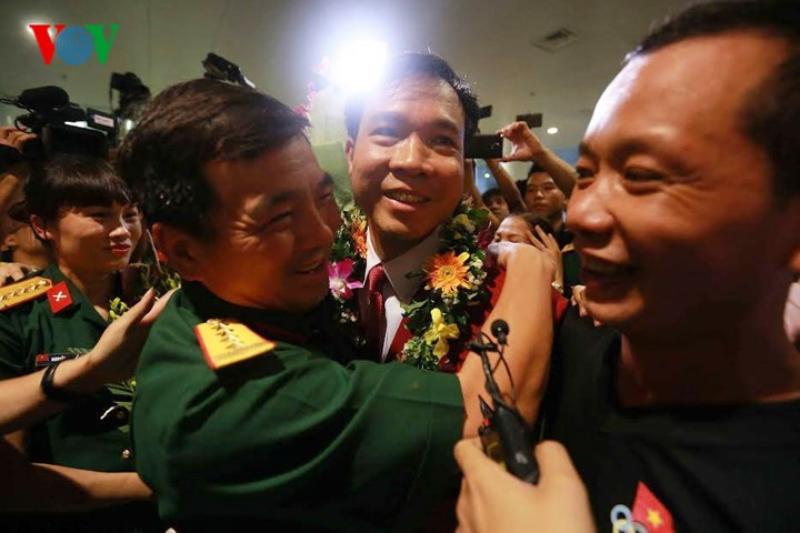 Olympic gold medalist Hoang Xuan Vinh welcomed home - ảnh 9