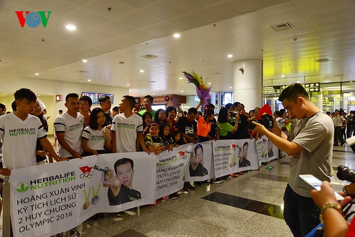 Olympic gold medalist Hoang Xuan Vinh welcomed home - ảnh 1