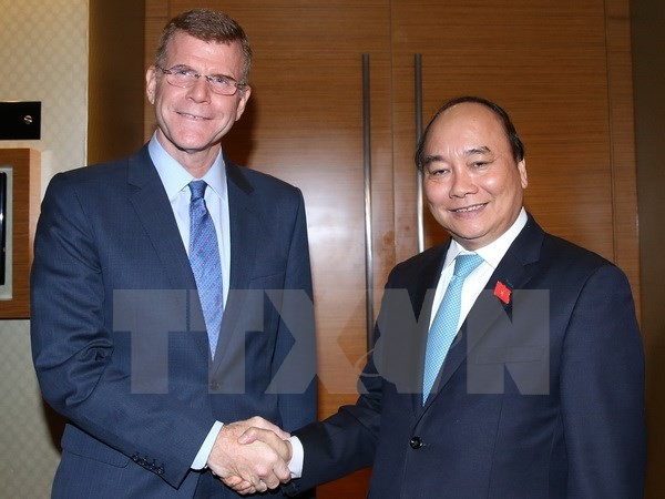 PM receives ADB Vice President and The Economist magazine Editorial Director - ảnh 1