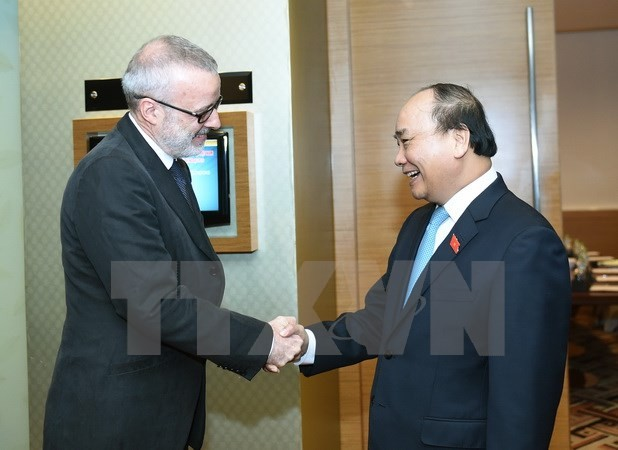 PM receives ADB Vice President and The Economist magazine Editorial Director - ảnh 2