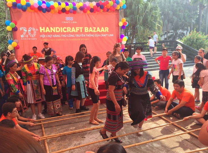 Bazaar brings minorities' traditional handicrafts to urban dwellers - ảnh 1