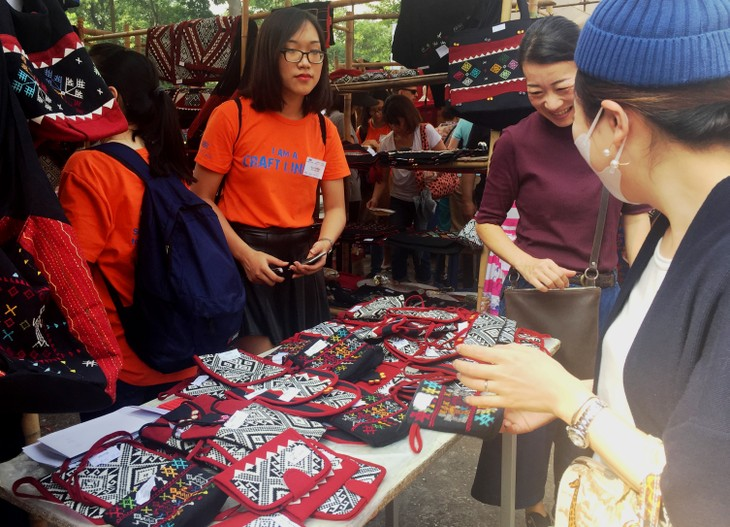 Bazaar brings minorities' traditional handicrafts to urban dwellers - ảnh 4