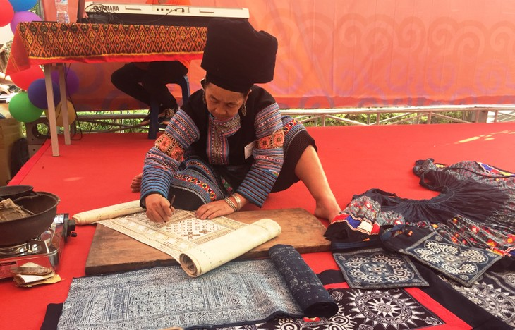 Bazaar brings minorities' traditional handicrafts to urban dwellers - ảnh 2