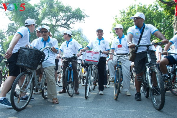 Hanoi cyclists and pedestrians join Earth Hour campaign - ảnh 1