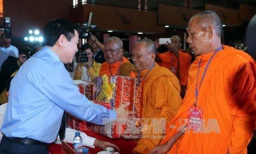 越南政府副总理王庭惠会见高棉族同胞 - ảnh 1