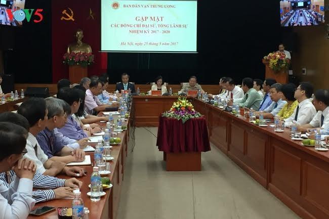 越共中央民运部部长张氏梅会见2017至2020年任期越南驻各国大使和总领事 - ảnh 1
