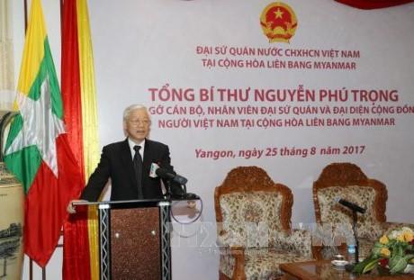 阮富仲探望越南驻缅甸大使馆  会见旅缅越南人 - ảnh 1