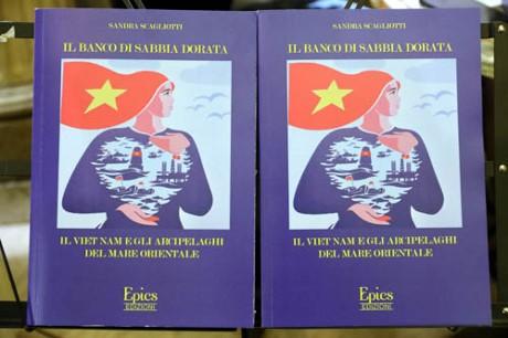 意大利学者介绍与越南海洋岛屿主权有关的新印刷品 - ảnh 1