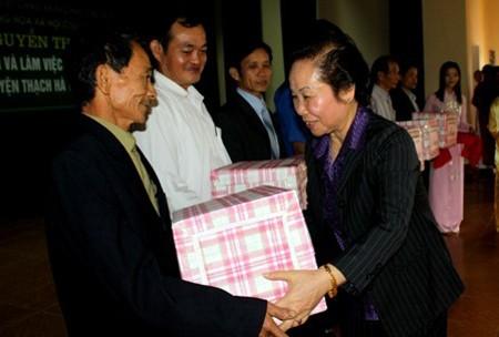 Vize-Staatspräsidentin verteilt Geschenke an arme Schüler - ảnh 1