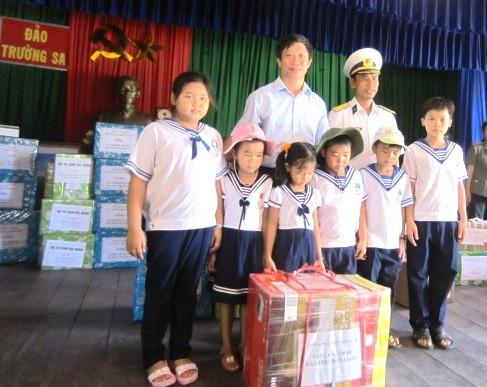 Provinz Khanh Hoa überreicht Kindern im Truong Sa-Inselkreis Geschenke - ảnh 1
