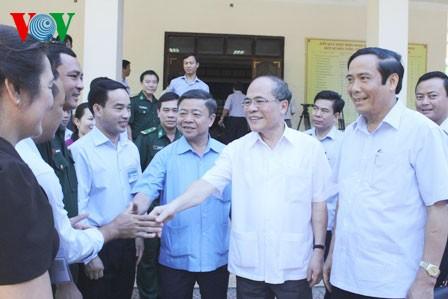 Parlamentspräsident Nguyen Sinh Hung trifft Wähler in Huong Khe - ảnh 1