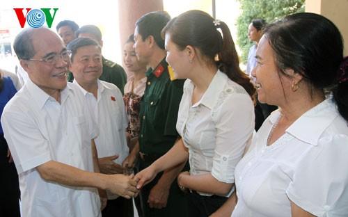 Parlamentspräsident Nguyen Sinh Hung trifft Wähler im Kreis Cam Xuyen in Ha Tinh - ảnh 1