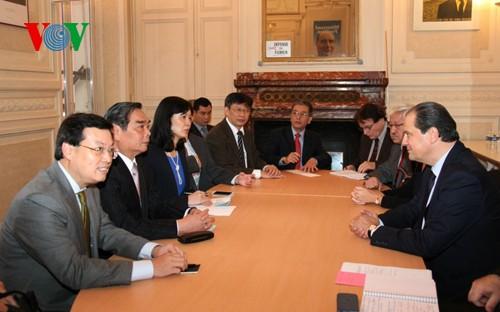 Vertreter des Sekretariats der KPV Le Hong Anh besuchen Frankreich - ảnh 1