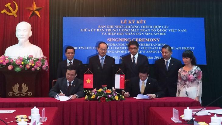 Hochrangiges Gespräch zwischen Vaterländischer Front Vietnams und Singapurs Volksverein - ảnh 1