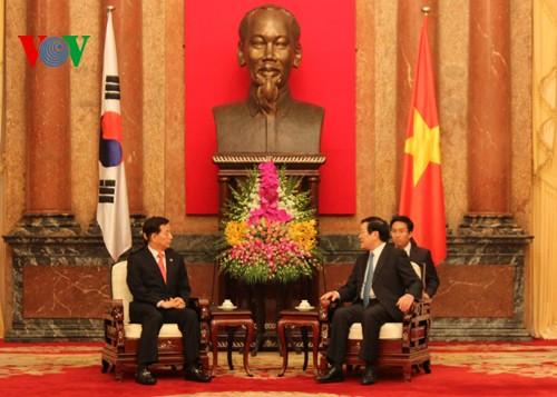 Staatspräsident Truong Tan Sang empfängt Südkoreas Verteidigungsminister Han Min-koo - ảnh 1