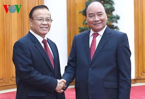 Premierminister Nguyen Xuan Phuc trifft Laos Vizepremierminister Douangdi - ảnh 1