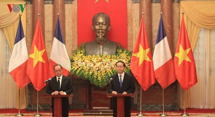 Staatspräsident Tran Dai Quang und Frankreichs Präsident Hollande geben eine Pressekonferenz - ảnh 1