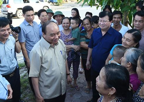 Premierminister Nguyen Xuan Phuc besucht Bewohner des Umsiedlungsgebiets vom Wasserkraftwerk Son La - ảnh 1