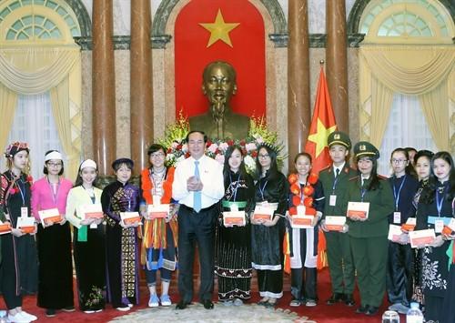 Staatspräsident Tran Dai Quang trifft Schüler ethnischer Minderheiten mit guten Leistungen - ảnh 1
