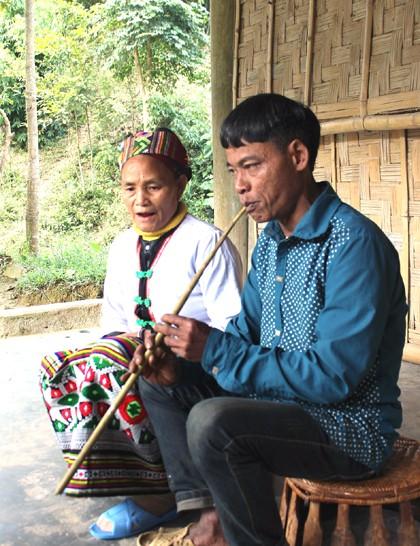 Der einzigartige folkloristische Tom-Gesang der Volksgruppe der Kho Mu - ảnh 1