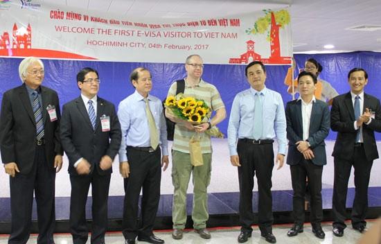 Vietnam empfängt den ersten Ausländer mit elektronischem Visum für Vietnam - ảnh 1