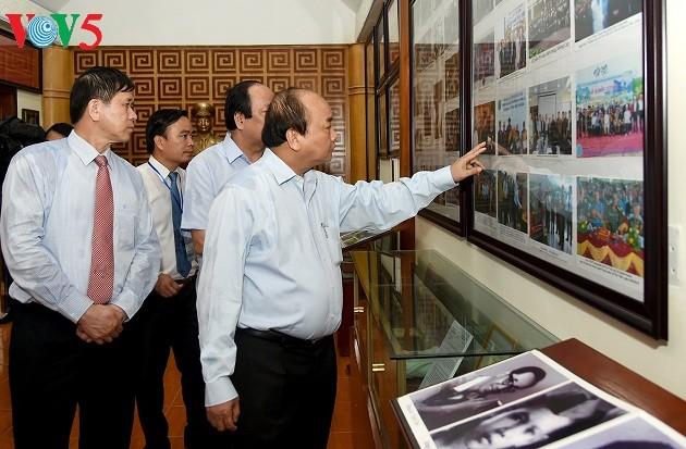 Premierminister zündet Räucherstäbchen in der Gedenkstätte für Regiment 52 in Son La an - ảnh 1