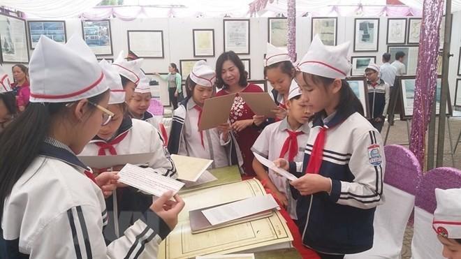 """Hoa Binh: Ausstellung """"Hoang Sa, Truong Sa Vietnams – historische und gesetzliche Beweise"""" - ảnh 1"""