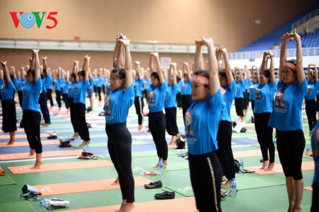 Knapp 1500 Menschen beteiligen sich an einer Yoga-Aufführung in Hanoi - ảnh 10