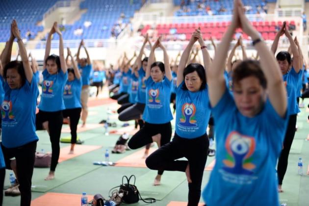 Knapp 1500 Menschen beteiligen sich an einer Yoga-Aufführung in Hanoi - ảnh 11