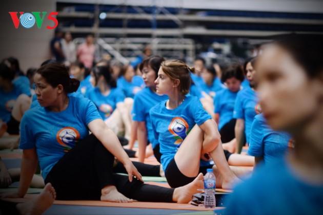 Knapp 1500 Menschen beteiligen sich an einer Yoga-Aufführung in Hanoi - ảnh 12