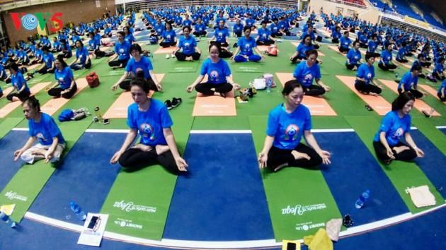 Knapp 1500 Menschen beteiligen sich an einer Yoga-Aufführung in Hanoi - ảnh 15