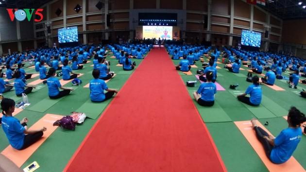 Knapp 1500 Menschen beteiligen sich an einer Yoga-Aufführung in Hanoi - ảnh 1