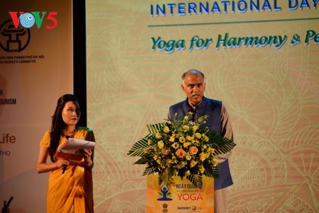 Knapp 1500 Menschen beteiligen sich an einer Yoga-Aufführung in Hanoi - ảnh 2