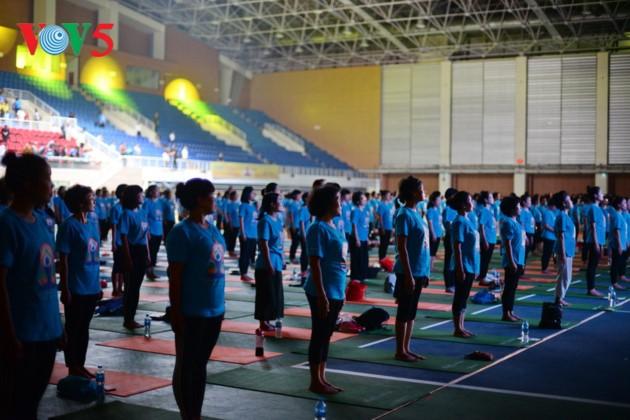 Knapp 1500 Menschen beteiligen sich an einer Yoga-Aufführung in Hanoi - ảnh 3