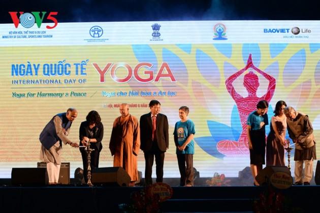 Knapp 1500 Menschen beteiligen sich an einer Yoga-Aufführung in Hanoi - ảnh 4